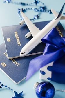 Viajando de presente. modelo de avião de passageiros, passaportes e caixa de presente.