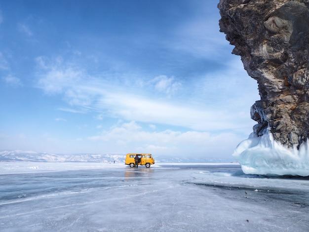 Viajando de van para ver o cenário do lago baikal congelado e penhasco na rússia.