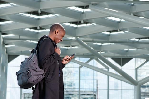 Viajando empresário com bolsa e telemóvel