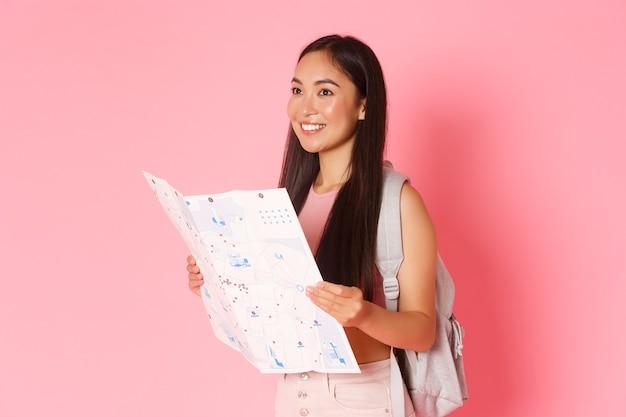Viajando estilo de vida e visão lateral do conceito de turismo de viajante turístico atraente garota asiática com b.