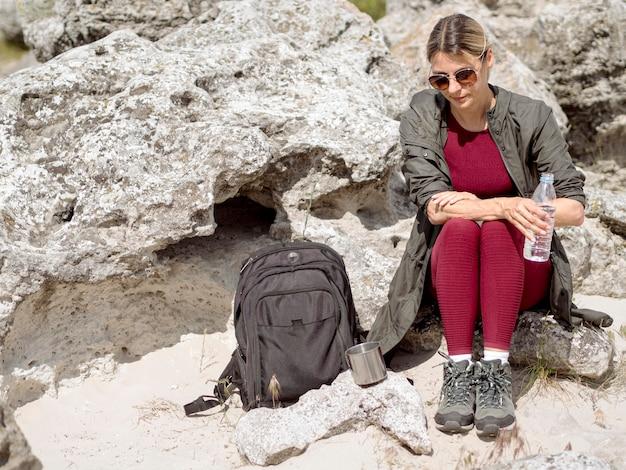 Viajando mulher hidratando com água