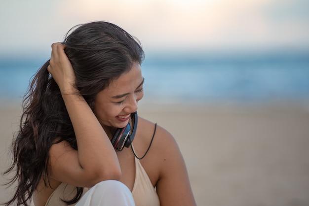 Viajando mulher relaxante na praia