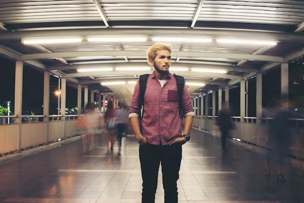 Viajando na rua do saco masculino