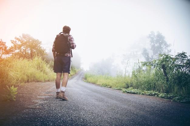 Viajando pela estrada para as montanhas.