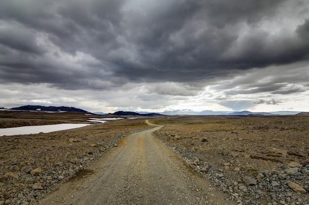 Viajando por uma estrada de cascalho na islândia