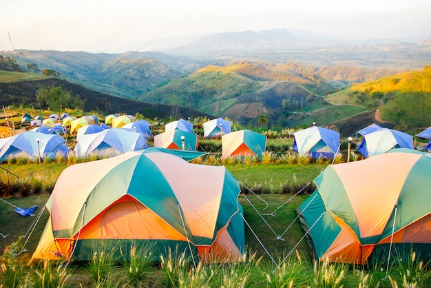 Viajando. turismo. barraca do turista acampando nas montanhas