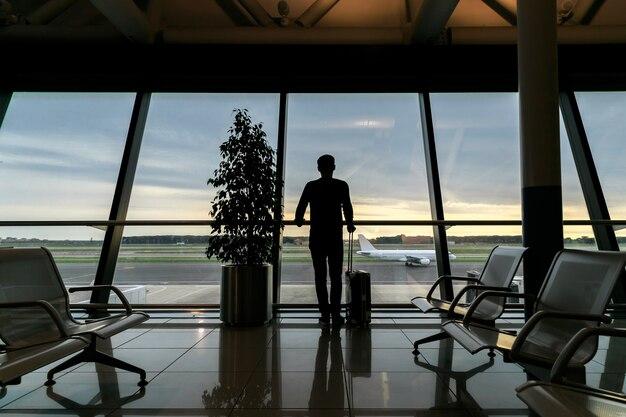 Viajante à espera do voo no aeroporto