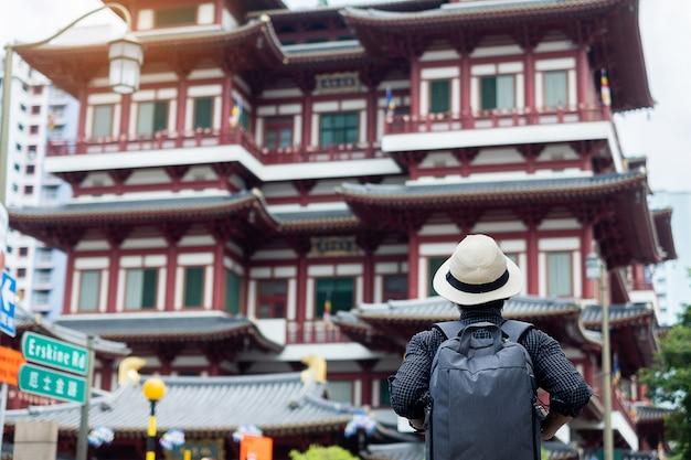 Viajante a olhar para o buda tooth relic temple em chinatown singapura