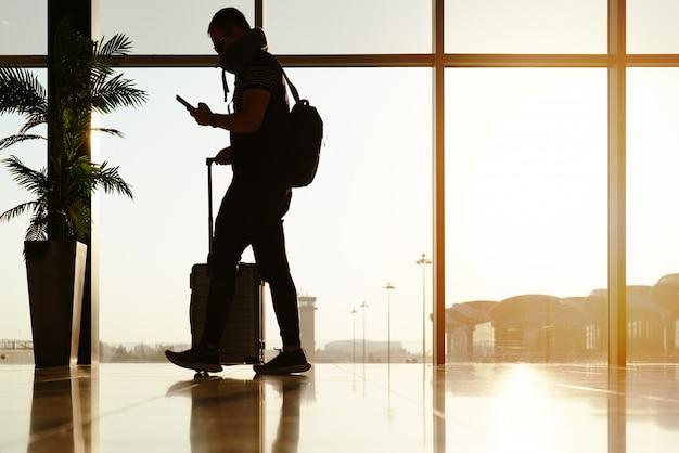 Viajante a pé com mala, passageiro para passeio no terminal do aeroporto para viagens aéreas
