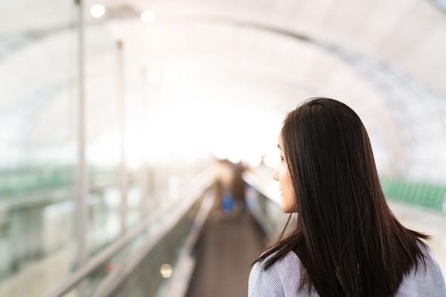Viajante andando na passarela do terminal do aeroporto para viajar de avião