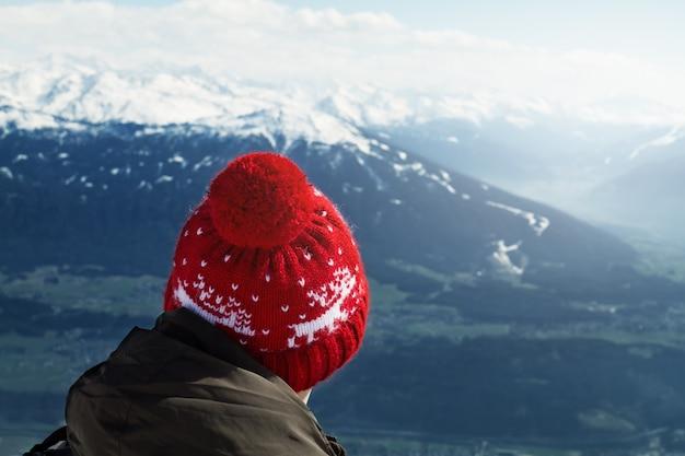 Viajante anônimo explorando pontos de vista da natureza