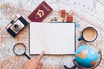 Viajante apontando no bloco de notas em branco