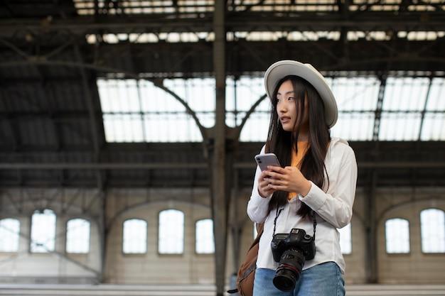 Viajante asiática local com uma câmera