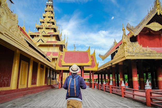 Viajante asiático em pé no palácio de mandalay, myanmar