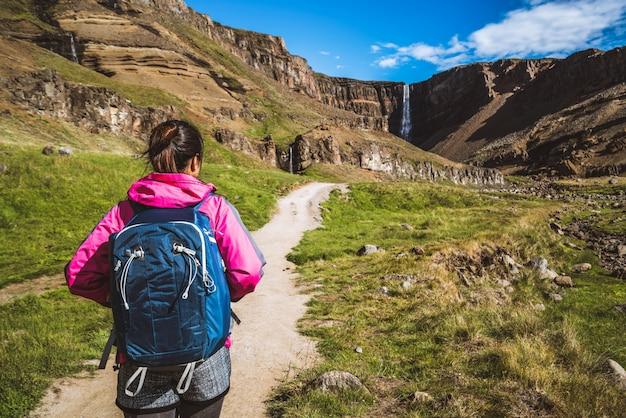 Viajante, caminhadas na cachoeira hengifoss, islândia.