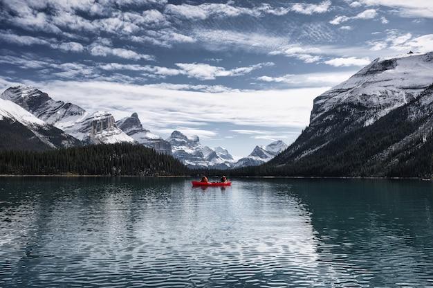 Viajante, canoagem, lago maligne, com, rochoso canadense, em, ilha espírito, em, parque nacional jasper