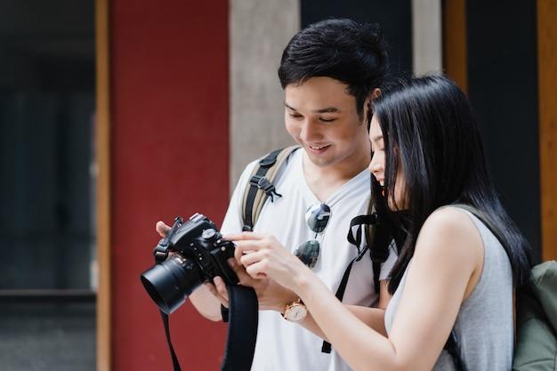 Viajante casal asiático usando a câmera para tirar uma foto ao passar a viagem de férias em pequim, china