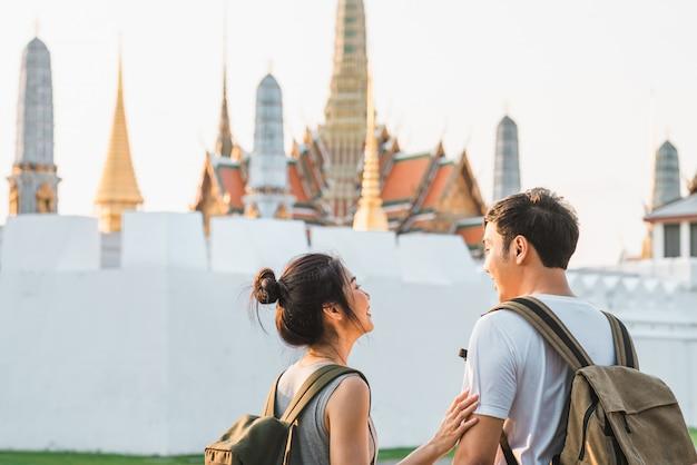 Viajante casal asiático viajando e andando em bangkok, tailândia