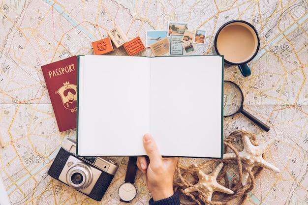 Viajante com bloco de notas em branco