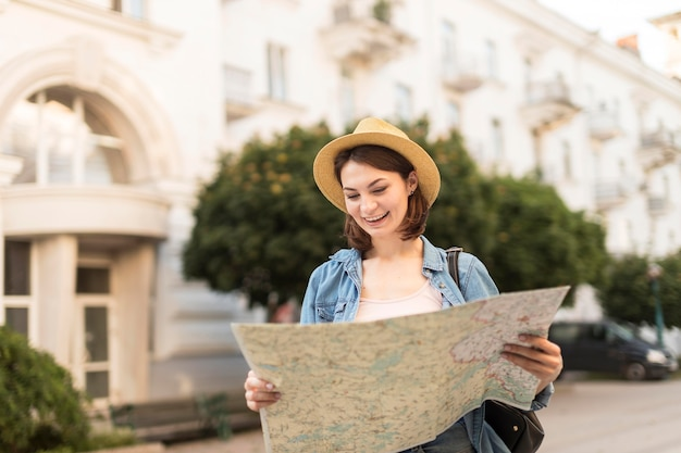 Viajante com chapéu, verificando o mapa local
