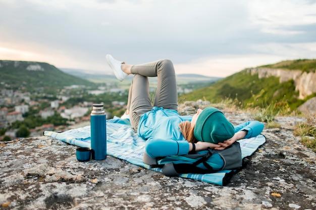 Viajante com gorro relaxante ao ar livre