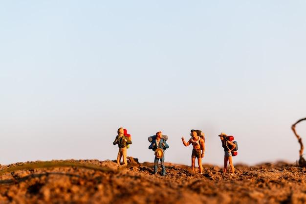 Viajante com mochila montanhismo. caminhadas homem com mochila caminhar ao ar livre