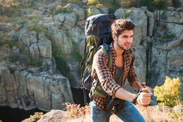 Viajante com mochila perto do cânion