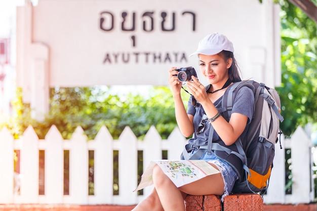 Viajante com mochila viajando e curtindo a felicidade com tirar uma foto