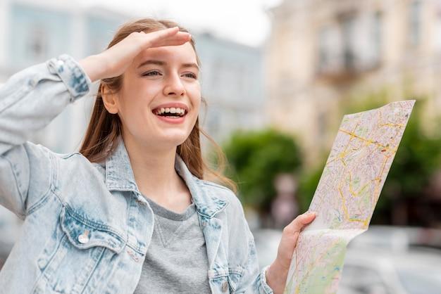 Viajante da cidade segurando um mapa