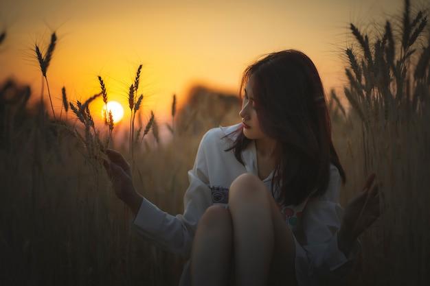 Viajante da mulher no campo do arroz da cevada.