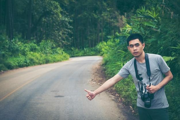 Viajante de autocarro tentar parar o carro na estrada da montanha.