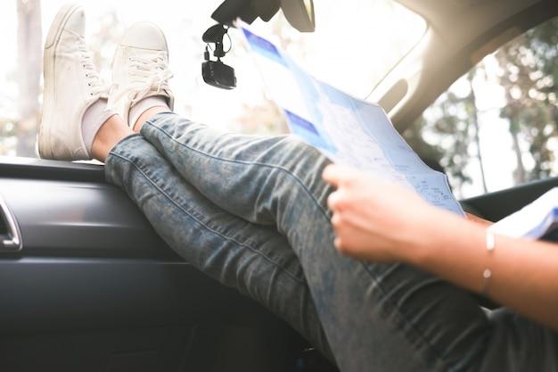 Viajante de carro jovem com mapa