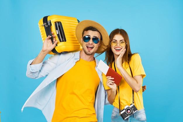 Viajante de homem e mulher com uma mala, alegria, passaporte