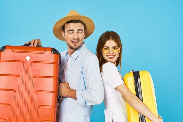 Viajante de homem e mulher com uma mala