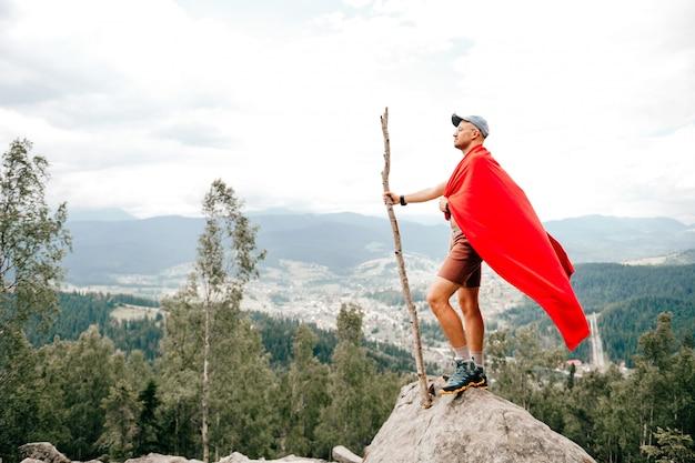 Viajante de homem em pé no topo da montanha com vista para a natureza paisagem