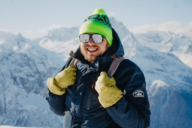Viajante de inverno nas montanhas.