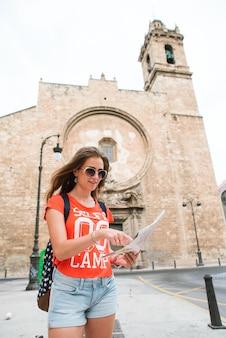 Viajante de jovem mulher bonita com mapa