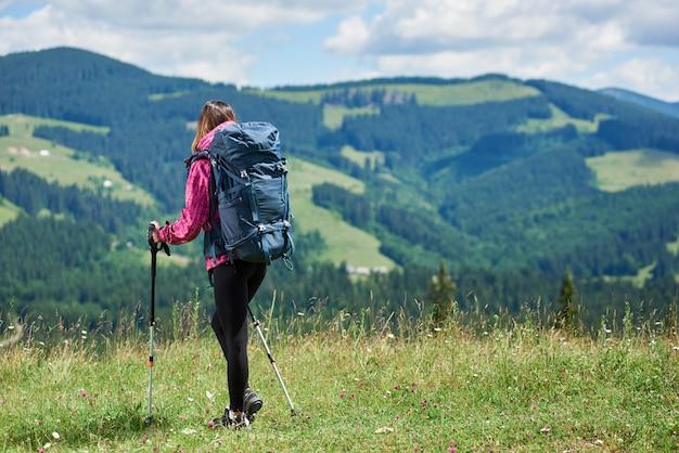 Viajante de menina subindo nas montanhas