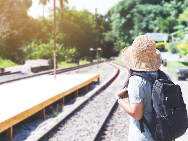 Viajante de mulher asiática esperando o trem na plataforma