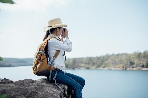 Viajante de mulher bonita fotografando templos