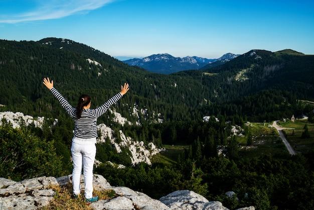 Viajante de mulher, caminhadas pela paisagem da croácia.