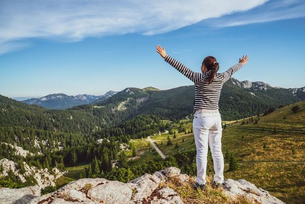 Viajante de mulher, caminhadas pela paisagem da croácia