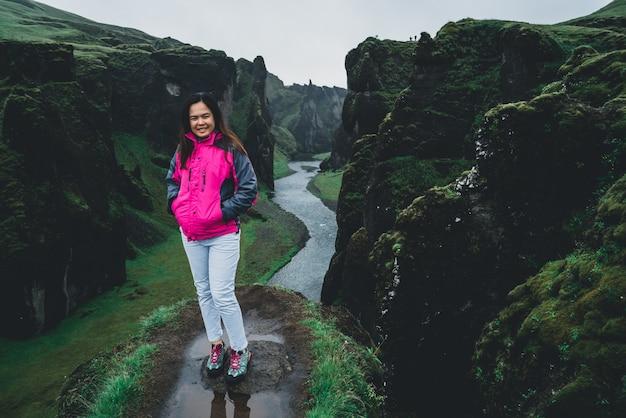Viajante de mulher em fjadrargljufur na islândia.