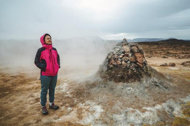 Viajante de mulher em hverir, namafjall na islândia