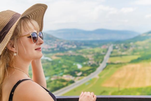 Viajante de mulher no fundo das atrações da geórgia