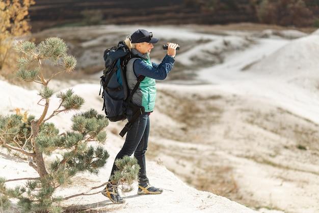Viajante de tiro completo com mochila ao ar livre