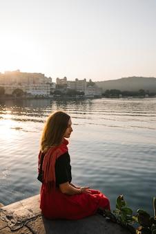 Viajante, desfrutando, um, vista, de, taj, lago, em, udaipur, índia
