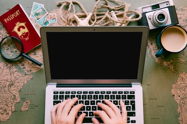 Viajante digitando no laptop