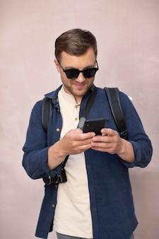 Viajante do sexo masculino com uma câmera ao ar livre