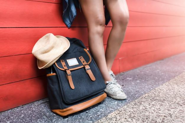 Viajante e mochila. conceito de viagens.